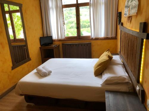 Cama o camas de una habitación en Hotel Torrecerredo