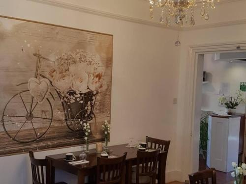 A restaurant or other place to eat at A & B Guest House Cambridge Ltd