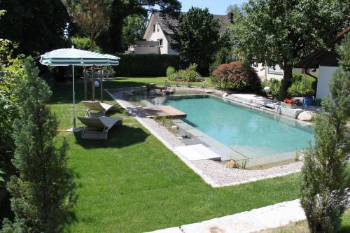 Der Swimmingpool an oder in der Nähe von Hotel garni Schacherer