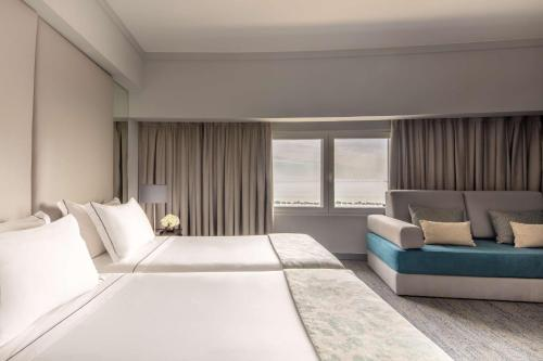 A bed or beds in a room at Tivoli Oriente Hotel