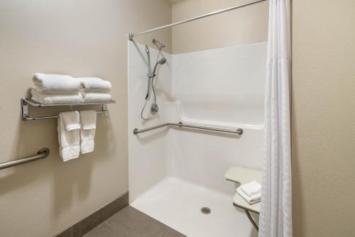 A bathroom at Best Western Plus Kalispell/Glacier Park West Hotel & Suites