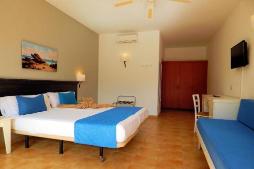 Een bed of bedden in een kamer bij SBH Hotel Royal Mónica