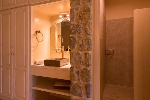 A bathroom at El Moli de Siurana