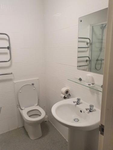 A bathroom at Cuttle Bridge Inn Hotel - NEC / Birmingham Airport