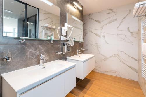 A bathroom at BO Hotel Palazzo