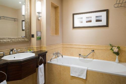 A bathroom at InterContinental - Kyiv, an IHG Hotel