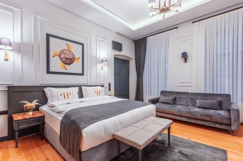 A bed or beds in a room at Ferman Port Hotel