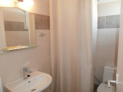 Ein Badezimmer in der Unterkunft Narkissos Hotel