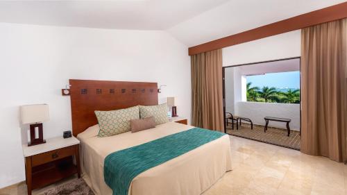 Een bed of bedden in een kamer bij The Royal Cancun - All Suites Resort