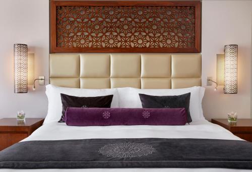 Кровать или кровати в номере InterContinental Doha Hotel, an IHG Hotel