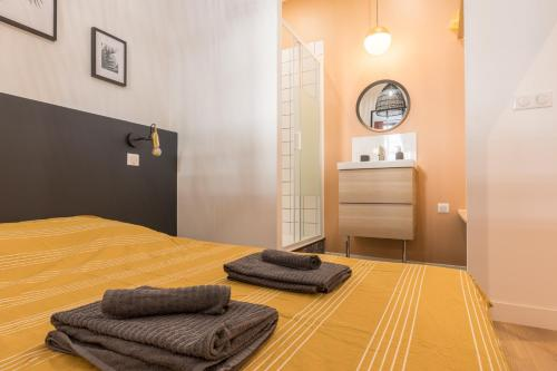 A bed or beds in a room at Bain de soleil - Terrasse - Clim-Wifi-Netflix - Gare SNCF-Centre-Ville