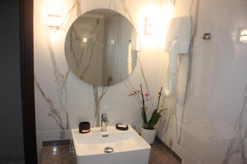 Ένα μπάνιο στο Ξενοδοχείο Καριάτις