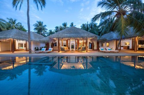The swimming pool at or near Anantara Kihavah Maldives Villas