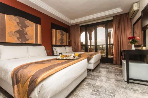 سرير أو أسرّة في غرفة في El Andalous Lounge & Spa Hotel