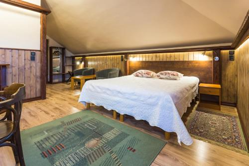 A bed or beds in a room at Ruunawere Hotel