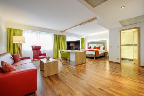 A seating area at Mercure Hotel Saarbrücken City
