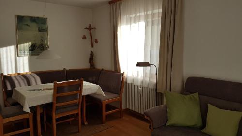 Ein Sitzbereich in der Unterkunft Ferienwohnung Halder