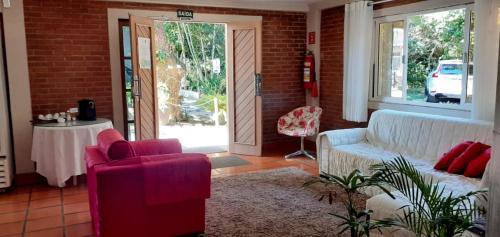 A seating area at Pousada Pomar De Manguinhos