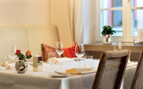 Ein Restaurant oder anderes Speiselokal in der Unterkunft Weingut & Gästehaus Bernhard Eifel