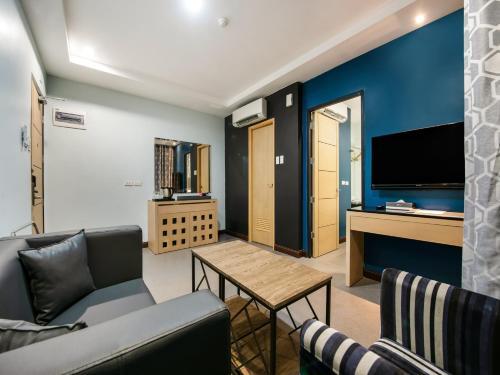 A seating area at Bay Area Suites Manila - Quarantine Hotel