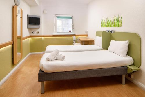 A bed or beds in a room at ibis budget Cardiff Centre