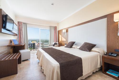 A bed or beds in a room at Hotel Torre Azul & Spa - Adults Only