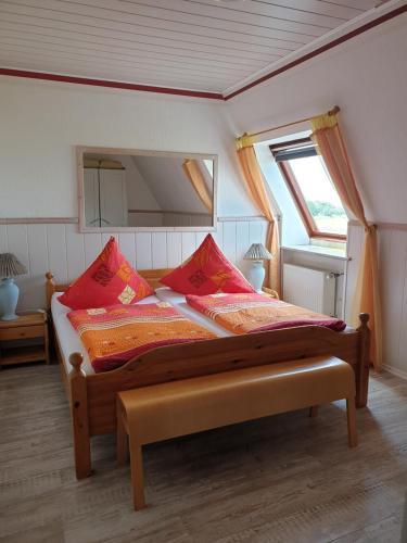 A bed or beds in a room at Hotel To olen Slüüs Dagebüll