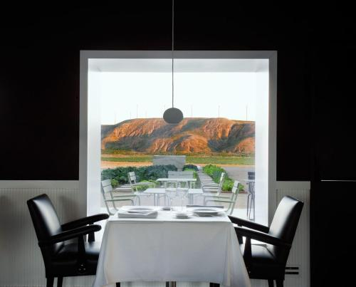 A restaurant or other place to eat at Hotel Aire de Bardenas