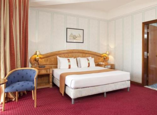 سرير أو أسرّة في غرفة في جلوريا إن نجران