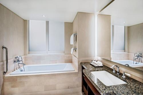 A bathroom at InterContinental Boston, an IHG Hotel