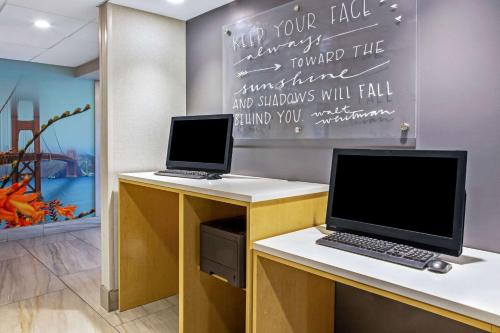 The business area and/or conference room at La Quinta by Wyndham San Francisco Airport North
