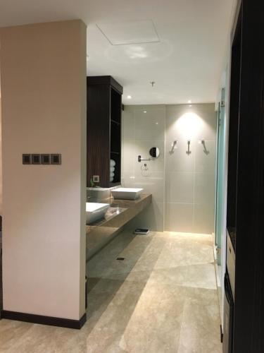 A bathroom at Horizon Hotel