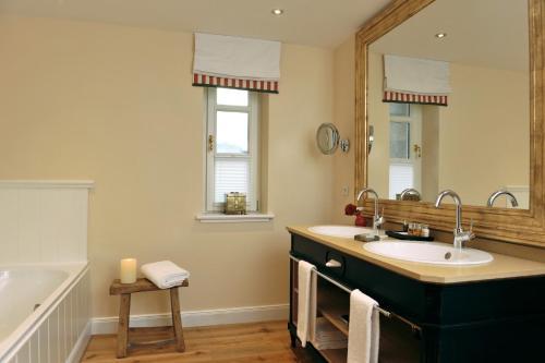 A bathroom at Hardenberg BurgHotel