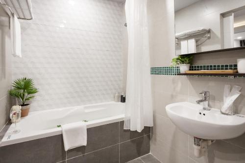 A bathroom at La Regatta Boutique Residences