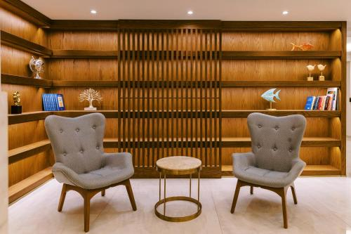 A seating area at Acandia Hotel