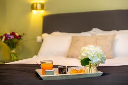 A bed or beds in a room at Les appartements chics du Vieux-Port