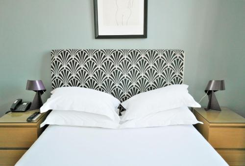 A bed or beds in a room at Hotel Belle-Vue Vieux-Port