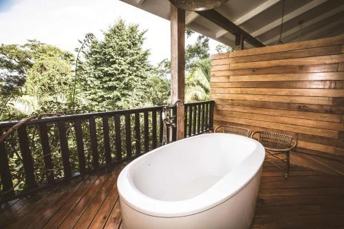 A bathroom at Copal Tree Lodge a Muy'Ono Resort