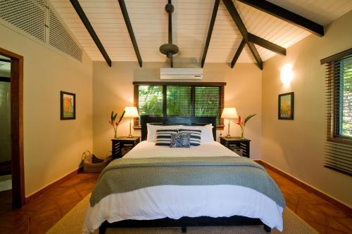 A bed or beds in a room at Copal Tree Lodge a Muy'Ono Resort