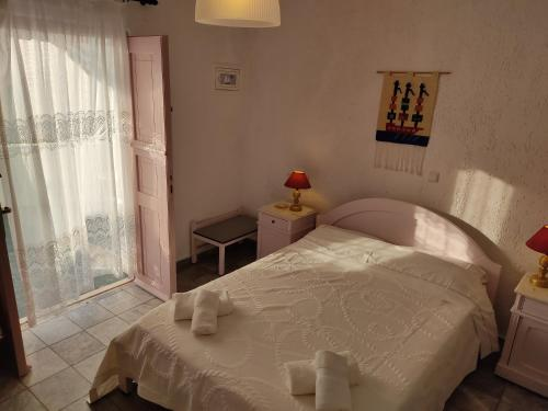Ένα ή περισσότερα κρεβάτια σε δωμάτιο στο Porto Sikinos Hotel
