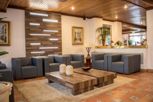 De lounge of bar bij Aparthotel Calema Avenida Jardim