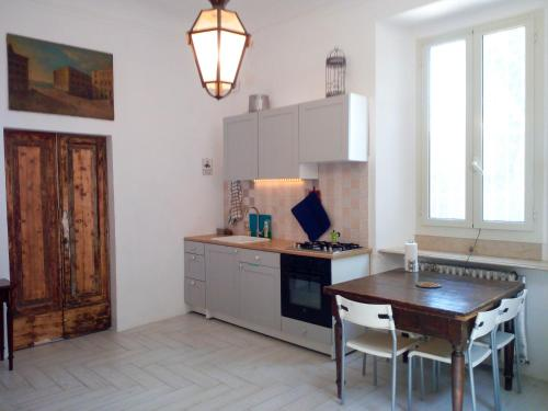 A kitchen or kitchenette at Spazioso bilocale a due passi dalla spiaggia
