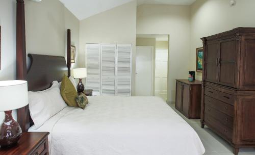 A bed or beds in a room at The Liguanea Club