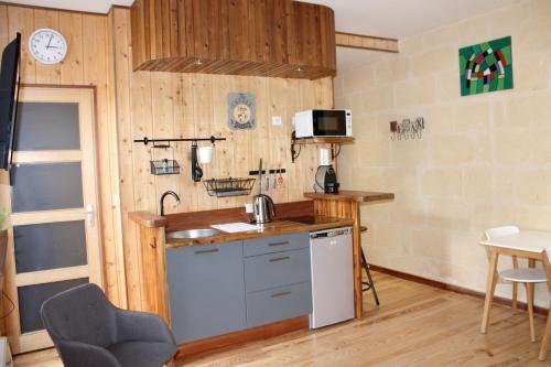 A kitchen or kitchenette at Les Appartements de la Victoire