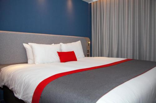 A bed or beds in a room at Holiday Inn Express Cardiff Bay, an IHG Hotel