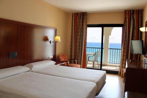 Een bed of bedden in een kamer bij Perla Marina