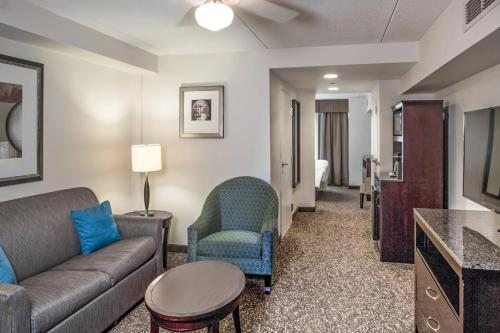 A seating area at Hilton Garden Inn Phoenix/Avondale