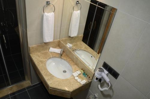 A bathroom at Çınarpark Hotel