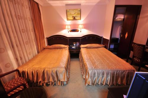 A bed or beds in a room at Hotel Arca lui Noe