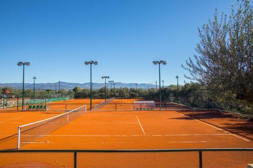 Tennis und/oder Squash in der Unterkunft Mystras Grand Palace Resort & Spa oder in der Nähe